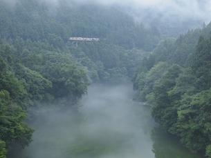 霧の数馬峡と電車の写真素材 [FYI00148243]