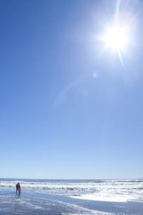 太陽とサーファーの素材 [FYI00148477]