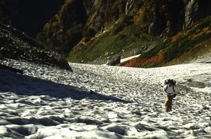 雪渓を行くの写真素材 [FYI00148531]