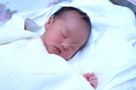 生まれたて赤ちゃんの寝顔の素材 [FYI00148747]