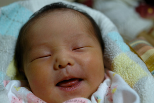 笑顔の寝顔の素材 [FYI00148751]