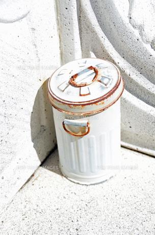 ゴミ箱のオブジェの写真素材 [FYI00149227]