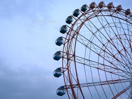 曇り空と観覧車の写真素材 [FYI00149328]
