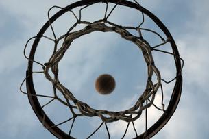 バスケットゴールとボールの写真素材 [FYI00149345]