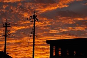 電柱と建物と夕焼けの写真素材 [FYI00149349]
