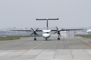 離陸前に誘導路をタキシングしている旅客機の写真素材 [FYI00149386]
