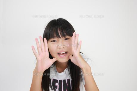 大きな声で声をかける女の子の写真素材 [FYI00149409]