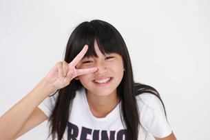 ポーズする笑顔の女の子の写真素材 [FYI00149426]