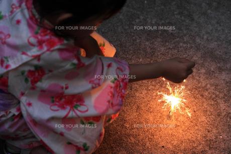 浴衣の子供と花火の写真素材 [FYI00149431]
