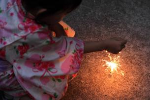 浴衣の子供と花火の素材 [FYI00149431]