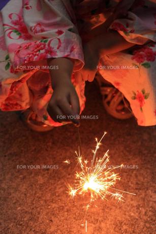 手持ち花火と浴衣の子供の写真素材 [FYI00149451]