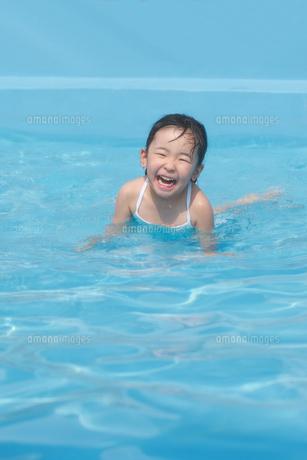 プールで笑顔の子供の素材 [FYI00149468]