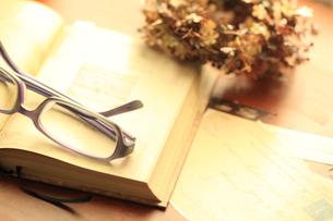本と眼鏡の素材 [FYI00149495]
