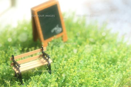 小さなベンチと黒板の写真素材 [FYI00149505]