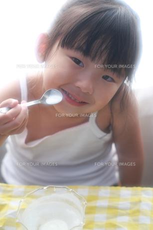 笑顔で食べる子供の写真素材 [FYI00149510]