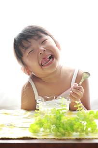 笑顔で食事する子供の素材 [FYI00149516]