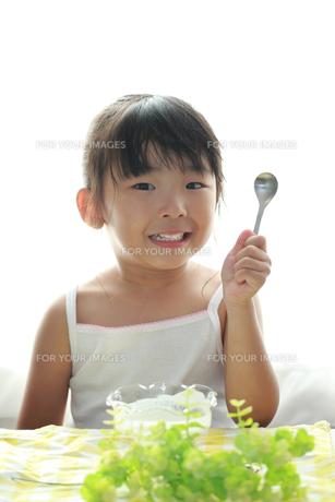 笑顔でスプーンを持つ子供の写真素材 [FYI00149518]