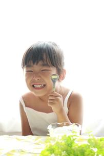 笑顔でスプーンを持つ子供の素材 [FYI00149524]