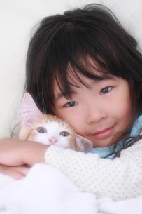 仔猫を抱く女の子の素材 [FYI00149537]
