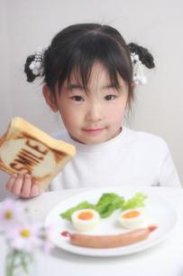 パンを持つ少女の写真素材 [FYI00149683]