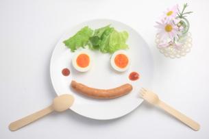 笑顔で食事の写真素材 [FYI00149685]