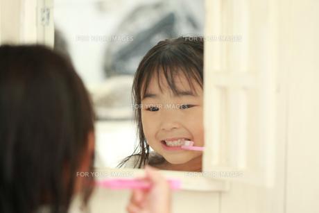 歯磨きする女の子の写真素材 [FYI00149704]