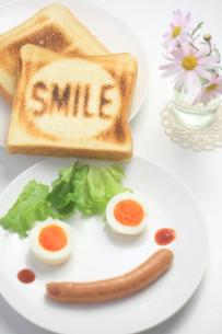 笑顔の朝食セットの写真素材 [FYI00149706]