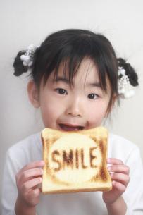 パンを食べる少女の写真素材 [FYI00149708]