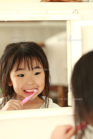 歯磨きする女の子の写真素材 [FYI00149710]