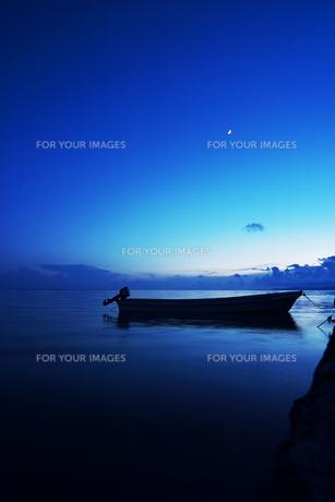 竹富島 西桟橋の船の写真素材 [FYI00149784]