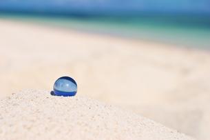 砂浜とビー玉?多良間島の写真素材 [FYI00149836]