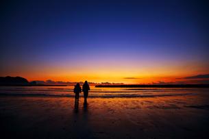 夕焼けの海と兄妹の素材 [FYI00149868]