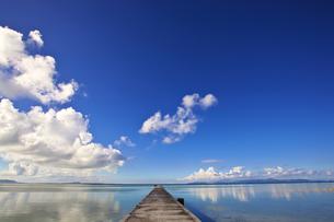 黒島 伊古桟橋の空と海の写真素材 [FYI00149890]