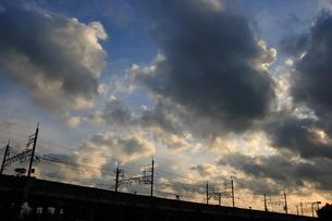 電車の高架橋と朝焼けの写真素材 [FYI00149941]