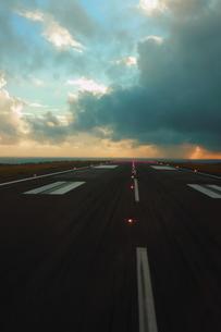 八丈島の滑走路の写真素材 [FYI00150079]