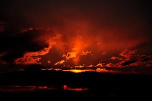 紅く吹き上がる光芒の写真素材 [FYI00150175]
