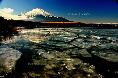 氷結する湖畔と富士の写真素材 [FYI00150222]