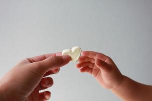 ハートをつかもうとする赤ちゃんの手の写真素材 [FYI00150624]