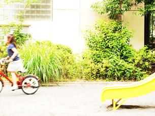 自転車に乗る女の子の素材 [FYI00150635]