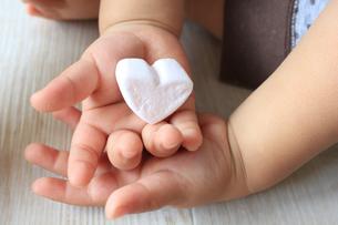 ハートを両手で持つ赤ちゃんの手の写真素材 [FYI00150642]