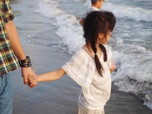 海辺にて。パパと。の素材 [FYI00150646]