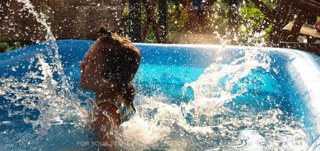 プールにダイブ、水しぶきの素材 [FYI00150652]