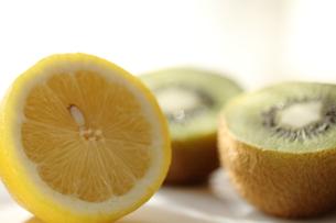 レモンとキウイの写真素材 [FYI00151006]