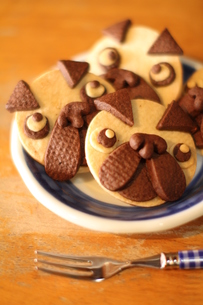 お皿に並ぶパグ犬のクッキーの素材 [FYI00151888]