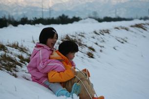 そりで遊ぶ子供たちの写真素材 [FYI00151997]