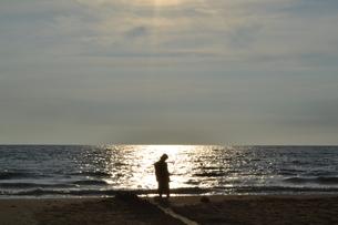 夕暮れの海と首をかしげる人の写真素材 [FYI00152128]