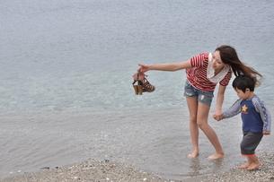 浜辺の親子の写真素材 [FYI00152204]