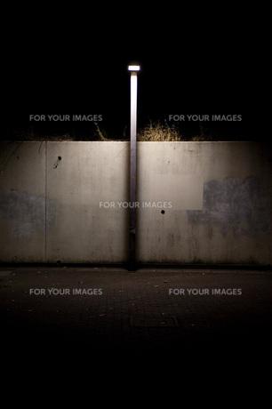 夜道の街灯の写真素材 [FYI00152226]