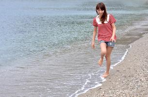浜辺の少女の写真素材 [FYI00152232]