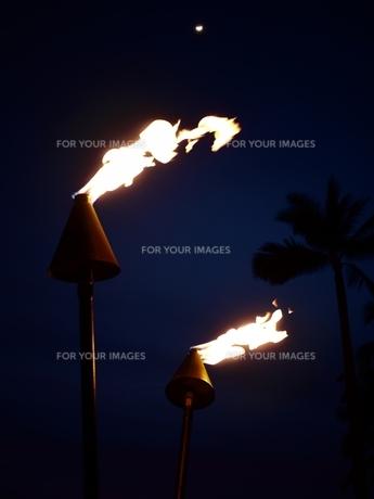 ハワイの空に浮かぶ月とトーチの火の素材 [FYI00152378]